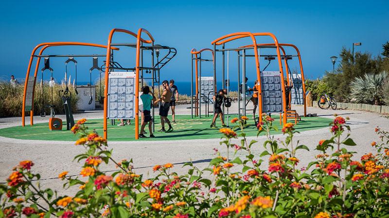 ejercicio al aire libre gimnasio al aire libre bogota colombia Kompan parques infantiles
