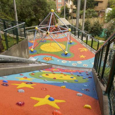 Parque-infantil-Bosque-El-Retiro-Bogota-Berliner-MARS-muro-escalar