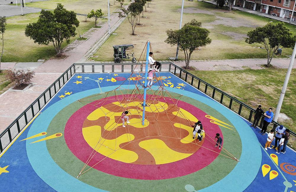 Parque-infantil-Santiago-Atalayas-Bogota-Colombia-Juego-R04-red-piramidal-galopin