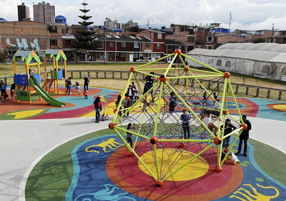 Parque-infantil-Santiago-Atalayas-Bogota-Colombia-Juego-SPACEBALL-berliner