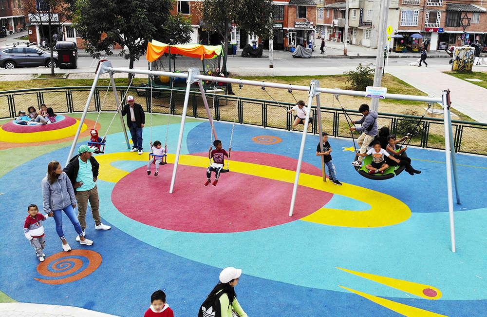 Parque-infantil-Santiago-Atalayas-Bogota-Colombia-Juego-columpio-kompan
