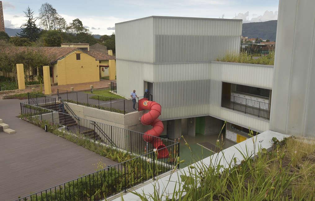 Parque-infantil-juegos-colegio-rodadero-tobogan-Colombia1