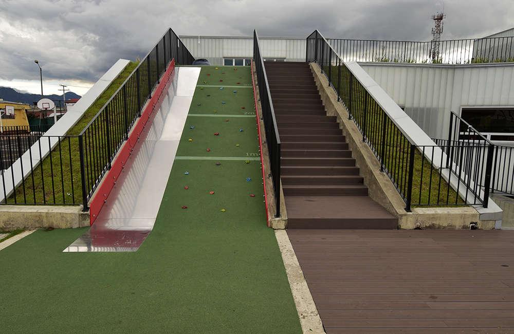 Parque-infantil-juegos-colegio-piso-caucho-muro-escalar-Bogota-Colombia2