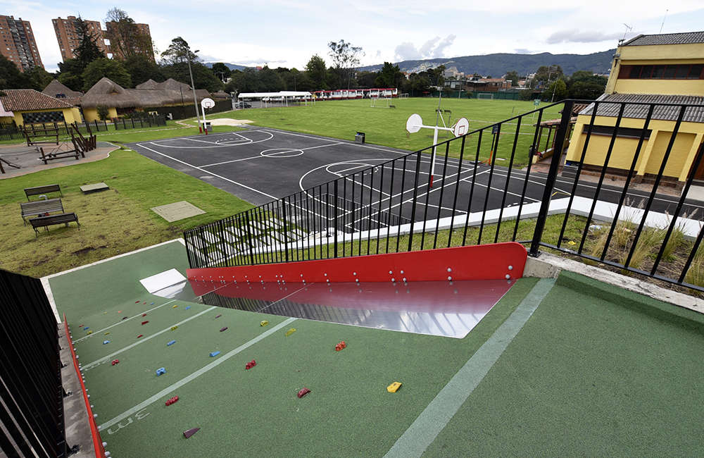 Parque-infantil-juegos-colegio-piso-caucho-muro-escalar2-Bogota-Colombia
