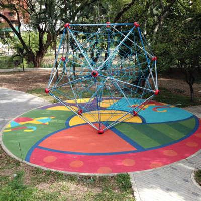 Parque-infantil-gatas-Cali-Colombia-red-escalar-piso-caucho-EPDM