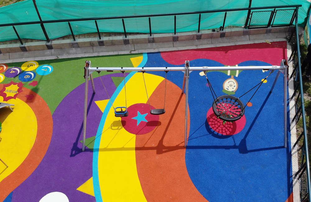 Parque-infantil-nuevo-milenio-bogota-juegos-infantiles-piso-caucho-columpio-multiple