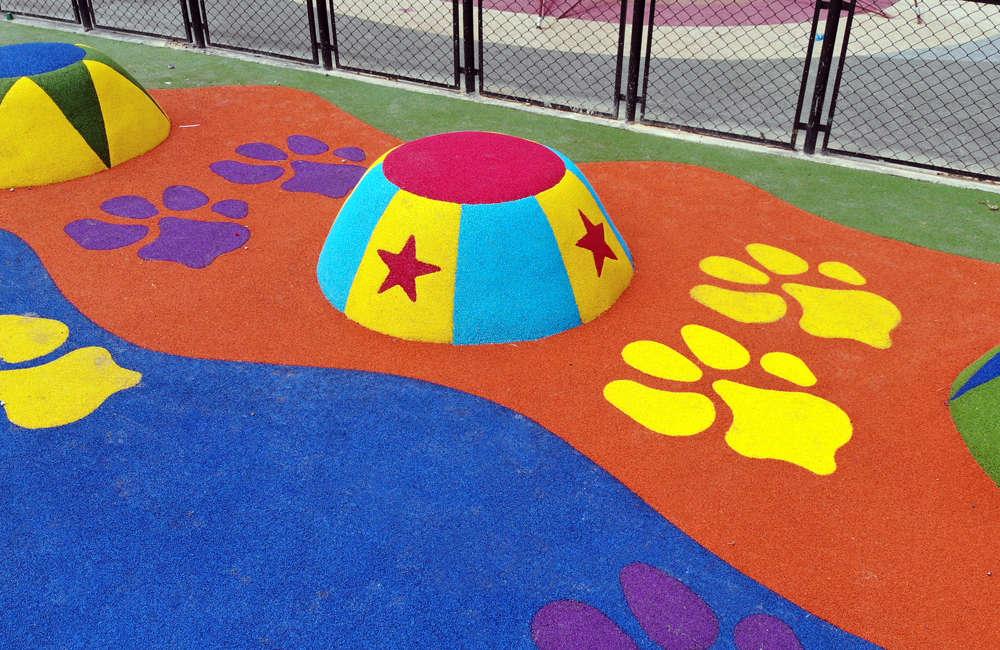 Parque-infantil-nuevo-milenio-bogota-juegos-infantiles-piso-caucho-figuras-EPDM