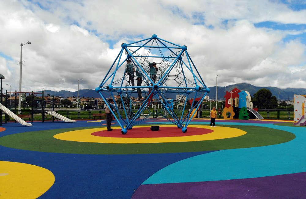 Parque-infantil-villa-del-rio-bogota-piso-caucho-spaceball-berliner