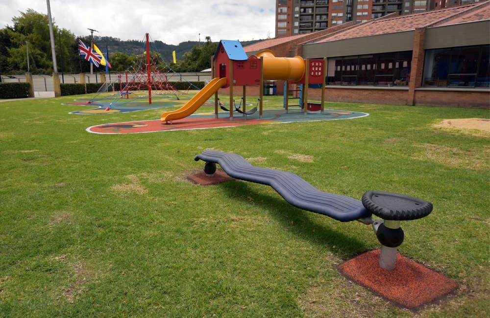 colegio-english-parque-infantil-bogota-juegos-kompan