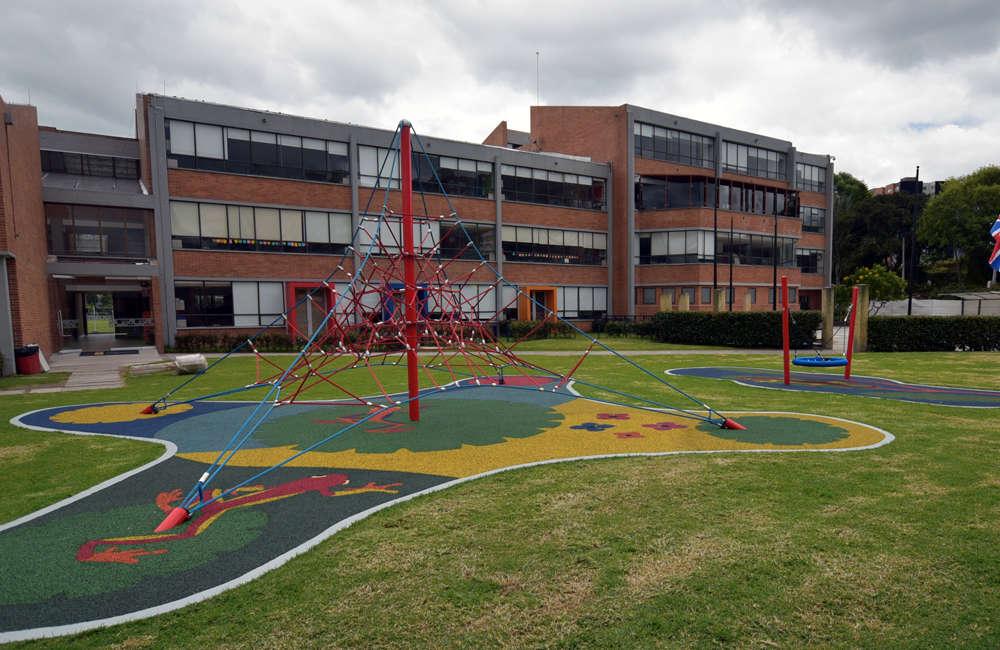 colegio-english-parque-infantil-bogota-juegos-kompan-red-piramidal