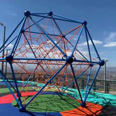 parque-infantil-altos-estancia-bogota-spaceball-red-escalar