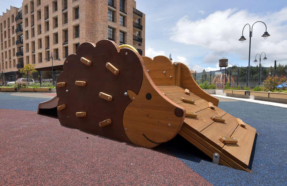 parque-infantil-centro-comercial-san-roque-bogota-juego-madera-berliner