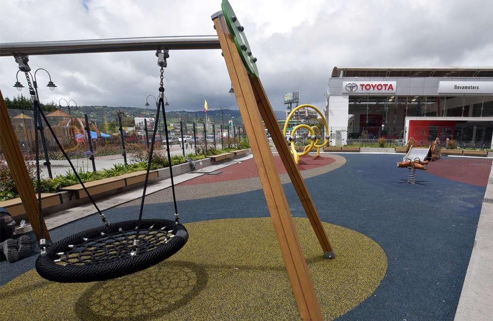 parque-infantil-centro-comercial-san-roque-bogota-juego-madera-columpio-cesta