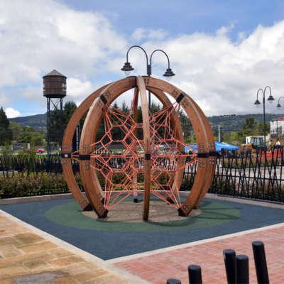 parque-infantil-centro-comercial-san-roque-bogota-juegos-madera-red-escalar