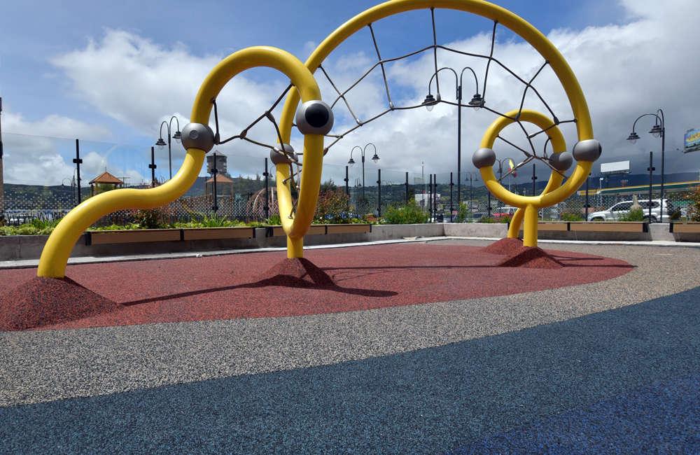 parque-infantil-centro-comercial-san-roque-bogota-juego-red-escalar-berliner