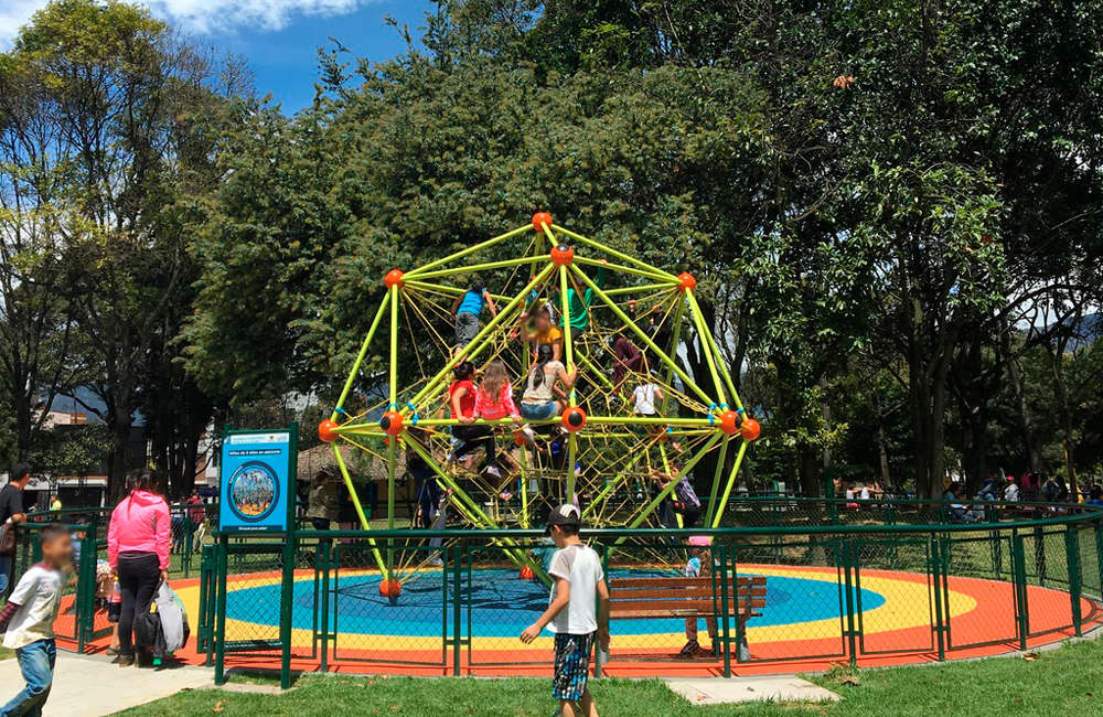 parque-infantil-ciudad-montes-juegos-spaceball-red