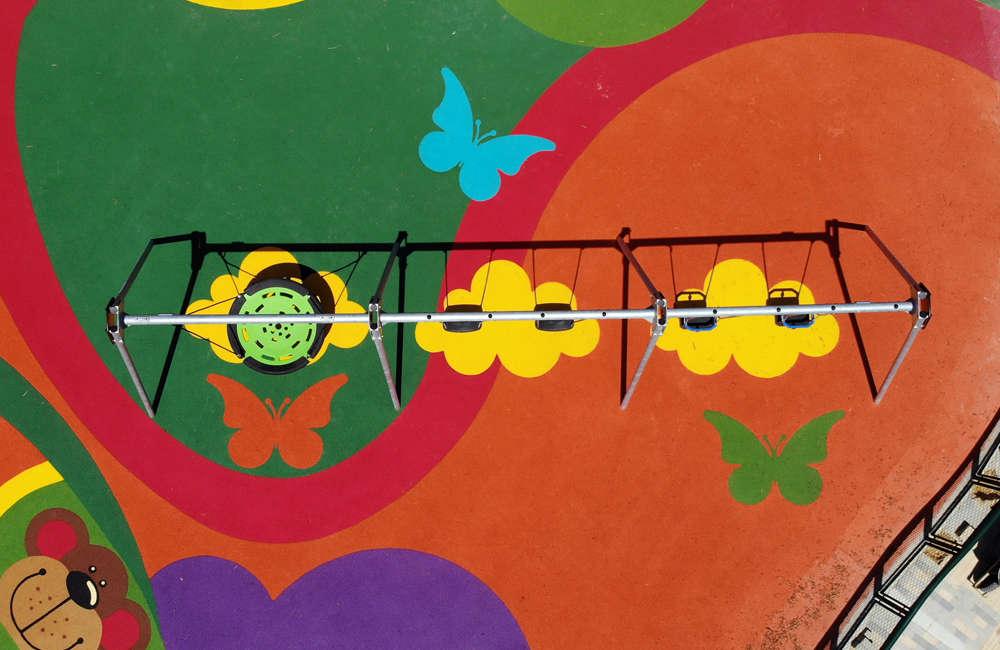 parque-infantil-humedal-juan-amarillo-bogota-piso-caucho-EPDM-juegos-columpio-multiple