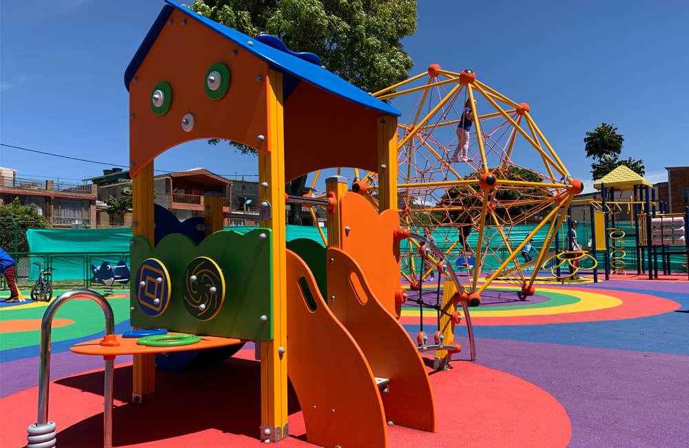 parque-infantil-serena-bogota-juegos-casita-torcida-spaceball